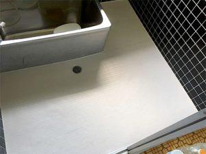 浴室床シートをはって足元のヒヤッとを解消。